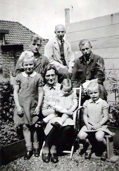 Fetje en Sijds Tjepkema met hun drie dochters en twee werknemers op het platdak boven de winkel.