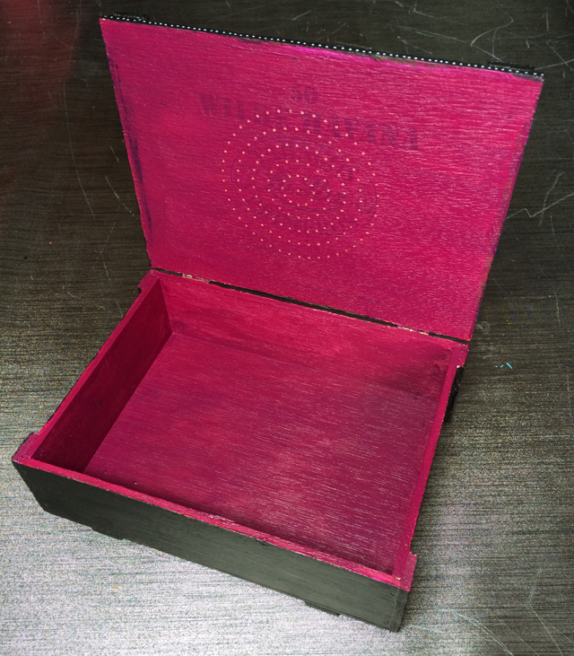 Sigar box black by Janet Plantinga, inside