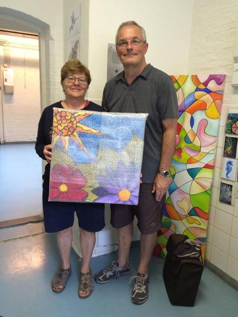 Mevrouw en meneer De Kunst nemen het schilderij 'Zon en bloemen' mee